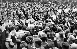 Glaubenstreue Kundgebung von 10.000 Gläubigen in Münster. Bischof von Galen nach dem Fronleichnamsgottesdienst auf dem Weg in das bischöfliche Palais, Münster, 20. Juni 1935