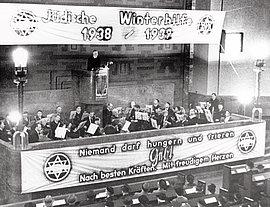 Rabbiner Leo Baeck spricht als Vorsitzender der Reichsvertretung der Juden in Deutschland Ende 1938 in Berlin auf einer Festveranstaltung der Jüdischen Winterhilfe.