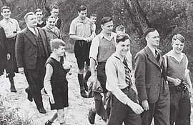 Im Bibelkreis gegen die Anpassung! Junge Christen mit Friedrich Justus Perels (2.v.r.) und Hermann Ehlers (2.v.l.) Neuentempel, 1937