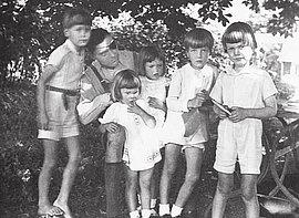Claus Schenk Graf von Stauffenberg mit seinem Sohn Heimeran, seiner Tochter Valerie, der Nichte Elisabeth, dem Neffen Alfred und seinem Sohn Franz Ludwig während seines Genesungsurlaubes in Lautlingen, Sommer 1943