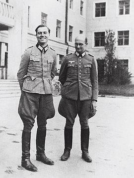 """Claus Schenk Graf von Stauffenberg und Albrecht Ritter Mertz von Quirnheim """"Führerhauptquartier"""" in Winniza/Ukraine, 1942"""