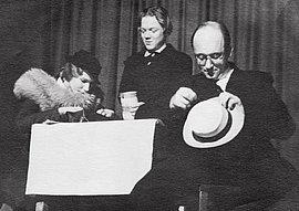 """Im Kabarett """"Katakombe"""" kritisieren Magdalene Schmidt, Isa Vermehren und Werner Finck im April 1935 mit dem Sketch """"Im Café"""" das nationalsozialistische """"Winterhilfswerk""""."""