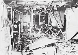 """Der zerstörte Besprechungsraum im """"Führerhauptquartier Wolfschanze"""" unmittelbar nach dem Attentat auf Hitler am 20. Juli 1944"""