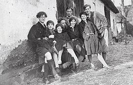 Helmuth Warnke (5.v.l.) mit einer Gruppe kommunistischer und sozialistischer Jugendlicher aus Hamburg, um 1933
