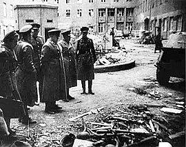General Georgi K. Shukow im Mai 1945 im Innenhof des Bendlerblocks