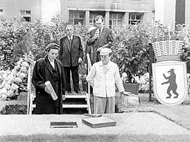 Eva Olbricht and Ernst Reuter at the laying of the foundation stone for the memorial statue, July 20, 1952.